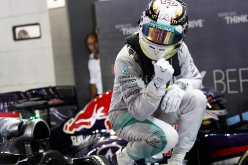 GIRANG JUARA: Lewis Hamilton meraikan kejuaraannya sejurus selepas melepasi garisan penamat.