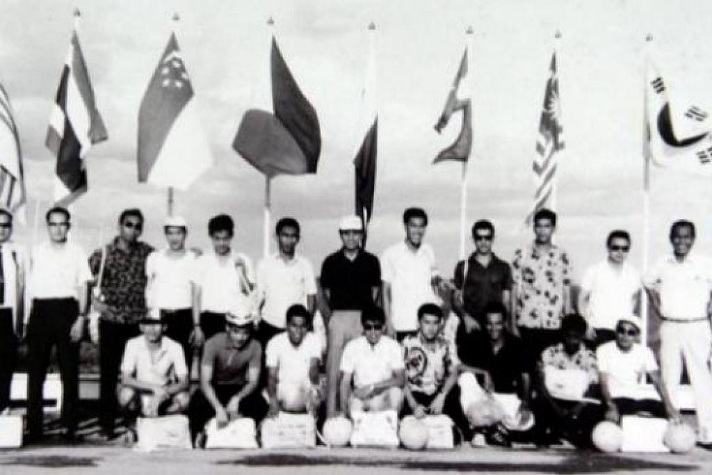 SKUAD HANDALAN 1966: Inilah skuad handalan Singapura yang tampil sebagai pasukan keempat terbaik di Sukan Asia Bangkok 1966 yang dipimpin oleh jurulatih Yap Boon Chuan (berdiri dua dari kiri). Antara pemainnya termasuk Muhammad Ali (mencangkung, empat dari kiri); rakan penyerangnya, Andy Yeo (mencangkung, lima dari kiri); Hussein Aljunied (berdiri, empat dari kanan); penyerang legenda Majid Ariff (berdiri, enam dari kiri); dan tiga beradik daripada keluarga terkenal bola sepak setempat - Quah Kim Swee (berdiri, empar dari kiri), Kim Lye (berdiri, lima dari kiri) dan Kim Siak (mencangkung, paling kiri). - Foto MUHAMMAD ALI AMAT