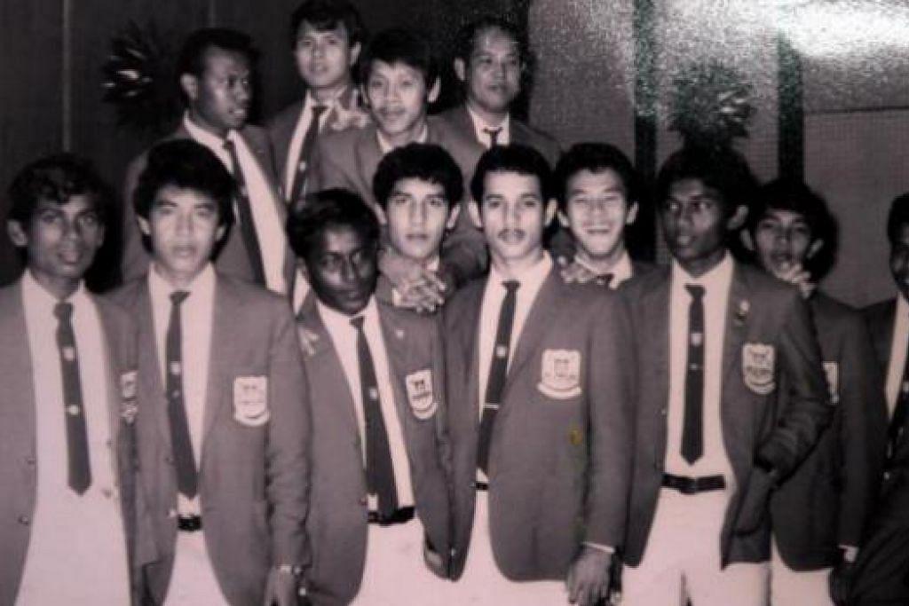 ZAMAN GEMILANG: Muhammad Ali Amat (gambar kanan dua dari kiri) bergambar dengan rakan seperjuangan skuad nasional yang beraksi dalam Piala Malaysia pada lewat 1960-an dan awal 1970-an. Antara pemain legenda lain dalam gambar termasuk bekas kapten Singapura, Samad Allapitchay (empat dari kiri), Roy Krishnan (paling kiri), Samsudin Rahmat (tiga dari kanan) dan Rahmat Mawar (kanan sekali). - Foto ihsan MUHAMMAD ALI AMAT
