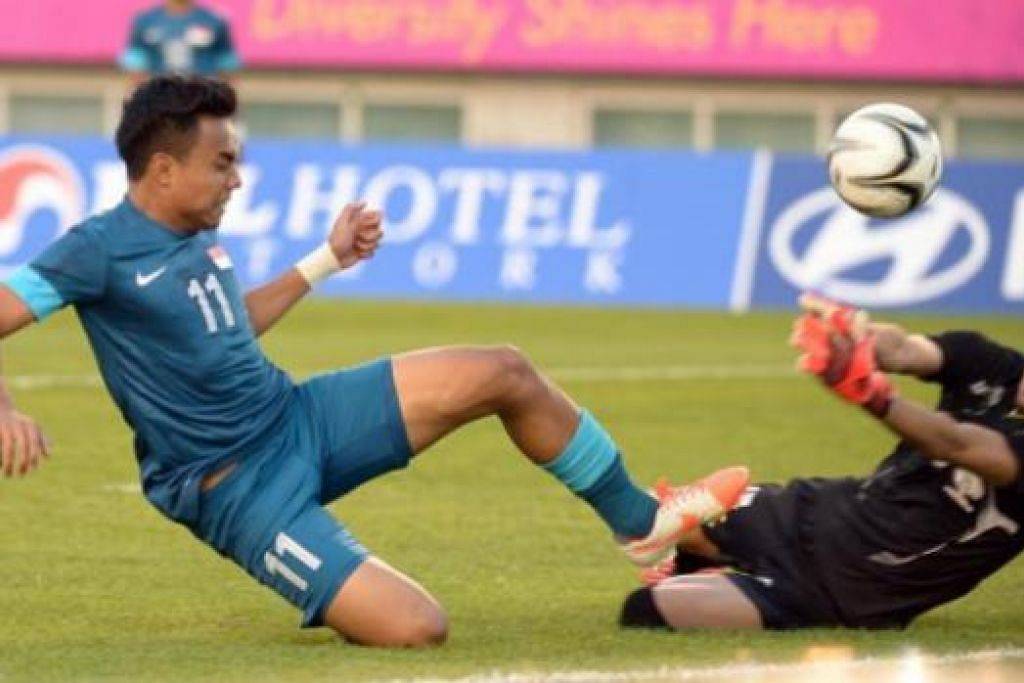 MENANG TAPI TERSINGKIR: Shafiq Ghani (kiri) menjaringkan dua gol cantik menerusi tendangan percuma demi membantu Singa Muda menewaskan Palestin 2-1. Namun kemenangan itu tidak memadai menyelamatkan Singa Muda daripada tersingkir dari Sukan Asia - Foto THE STRAITS TIMES