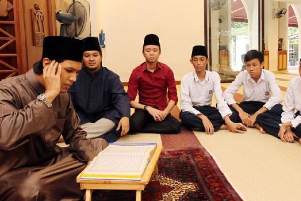 USTAZ MUHAMMAD SUHAIMI JAMALLUDIN >>  MENUSUK KALBU: Bacaan Al-Quran qari dan imam muda Ustaz Suhaimi (kiri), menusuk kalbu ramai jemaah. - Foto fail