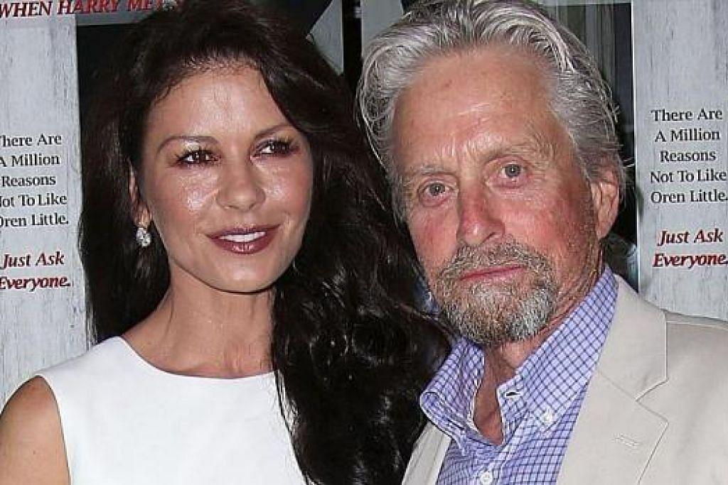 ISTERI TURUT TERJEJAS: Catherine Zeta Jones juga pernah terjejas ketika suaminya, Michael Douglas (kanan), mengalami barah tekak dan menjalani rawatan kemoterapi dan radiasi. – Foto fail
