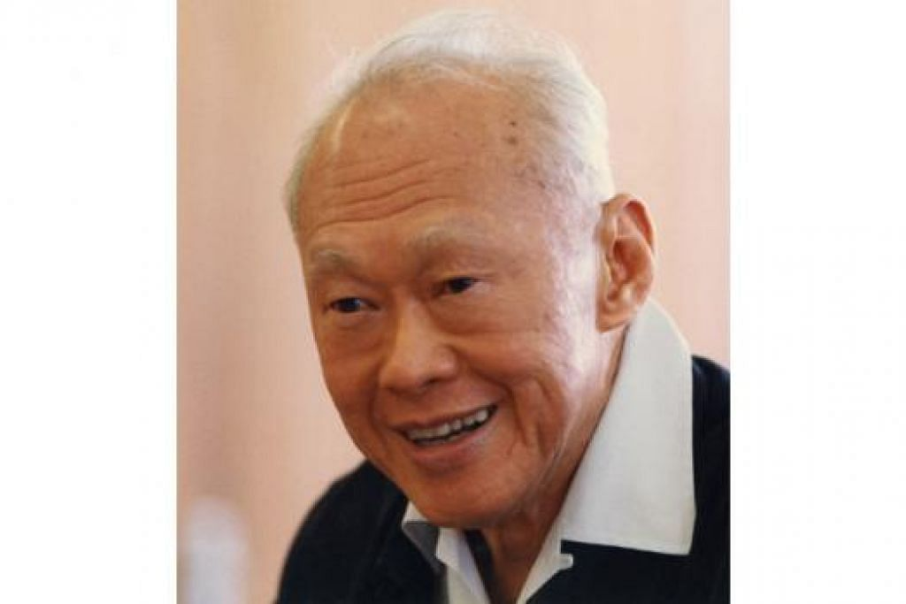ENCIK LEE KUAN YEW: Warga Singapura pertama menerima anugerah Warga Global. - Foto fail
