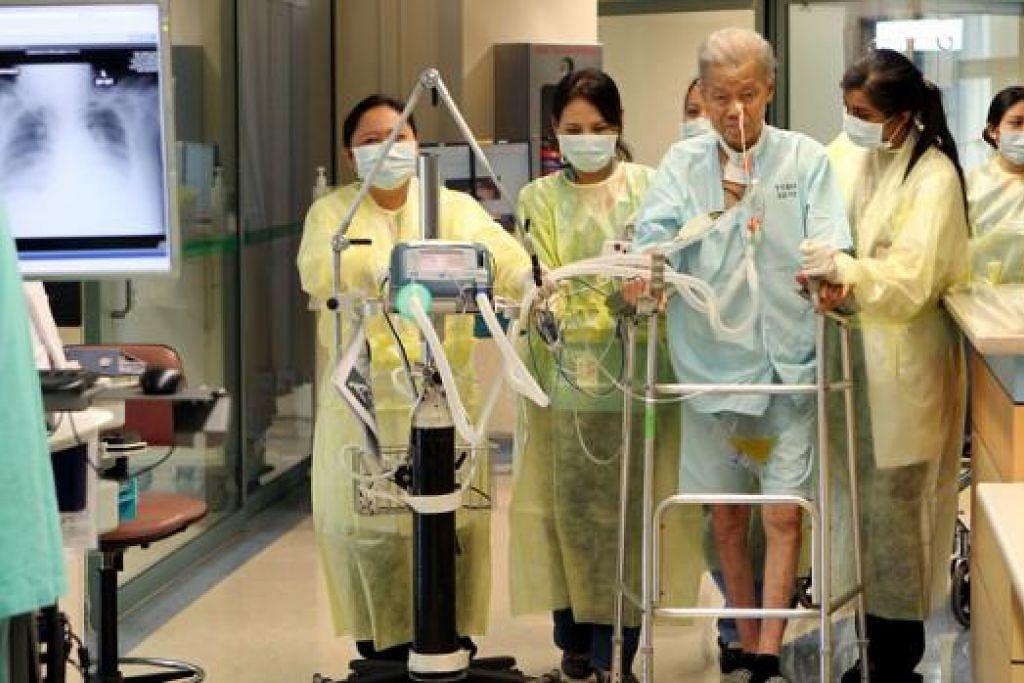 """PESAKIT RAIH MANFAAT: Sistem Kesihatan Daerah (RHS) yang diterajui oleh kumpulan National Healthcare Group (NHG) berasaskan """"satu pelan penjagaan"""" dan menyatukan pakar daripada pelbagai disiplin seperti doktor, jururawat, pengurus kes, ahli farmasi, ahli terapi, pekerja sosial malah golongan sukarelawan yang secara bersama membantu pesakit menangani keperluan kesihatan mereka bagi mengurangkan kekerapan dimasukkan ke hospital. - Foto fail"""