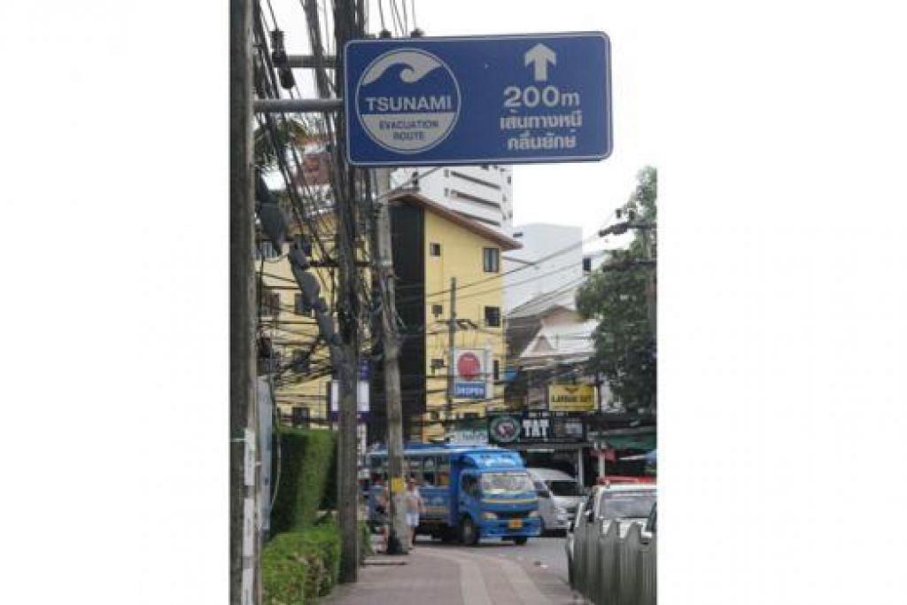 LANGKAH BERJAGA-JAGA: Papan-papan tanda yang menunjukkan kawasan berisiko dan laluan pemindahan yang selamat turut dipasang di jalan raya sebagai panduan sewaktu tsunami.