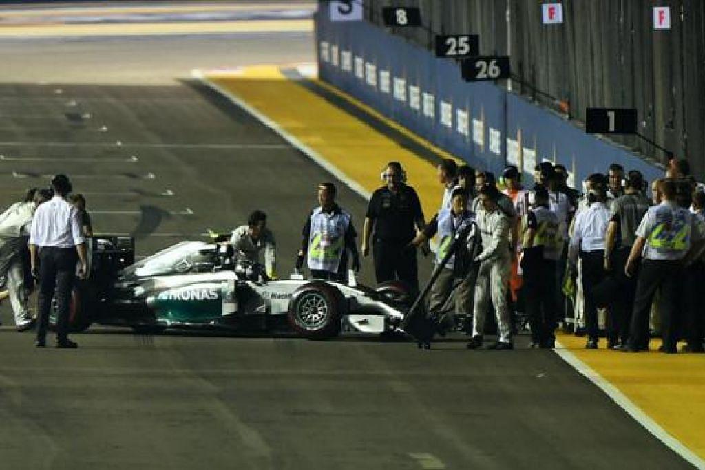NASIB MALANG: Cabaran Nico Rosberg berakhir selepas 14 pusingan akibat masalah teknikal, kurang 30 minit selepas GP Singapura bermula. - Foto SINGAPORE GRAND PRIX