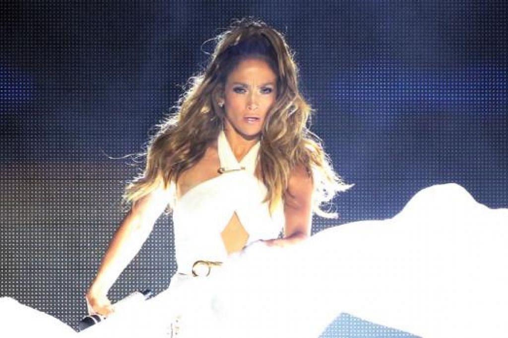 JLO LIGAT BERTENAGA - PENUH BERTENAGA: Sepanjang satu setengah jam, penyanyi popular Jennifer Lopez menghiburkan lebih 60,000 penonton di kawasan Padang dengan lagu rancak yang diiringi rentak tari yang bertenaga. Jennifer Lopez mendendangkan kesemua lagu-lagu hitsnya termasuk lagu dari awal kerjayanya seperti If you had my love, Jenny from the Block dan I'm Real. Lopez membuat persembahan bagi menutup tirai perlumbaan Formula One, Singapore Grand Prix Ahad lalu. - Foto -foto SINGAPORE GRAND PRIX