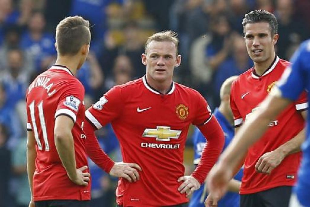 APA SILAPNYA?: Kapten Manchester United, Wayne Rooney (tengah), begitu kecewa dengan kekalahan terbaru pasukannya kepada Leicester City kelmarin. Bersama-samanya ialah Adnan Januzaj (kiri) dan Robin van Persie. - Foto REUTERS
