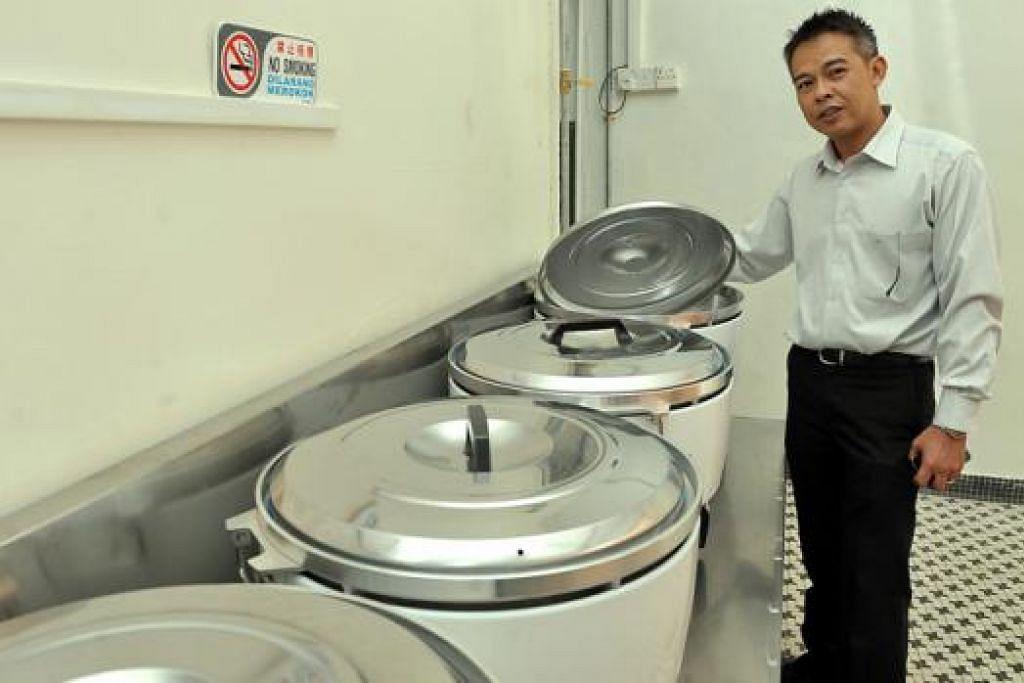 SARANAN RELEVAN: Encik Mohamed Nor telah membuka dapur pusatnya pada 2012 sebagai persiapan menghadapi sebarang pengetatan syarat memasak dan menganggap saranan dewan praktikal dan adil. - Foto fail