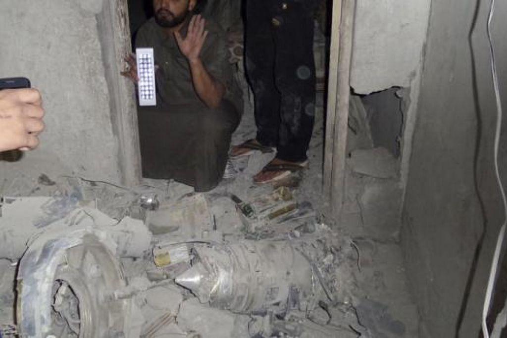 DRON TERHEMPAS: Militan IS mendakwa bangkai dron Amerika terhempas di stesen perhubungan di Raqqa, semalam. - Foto REUTERS