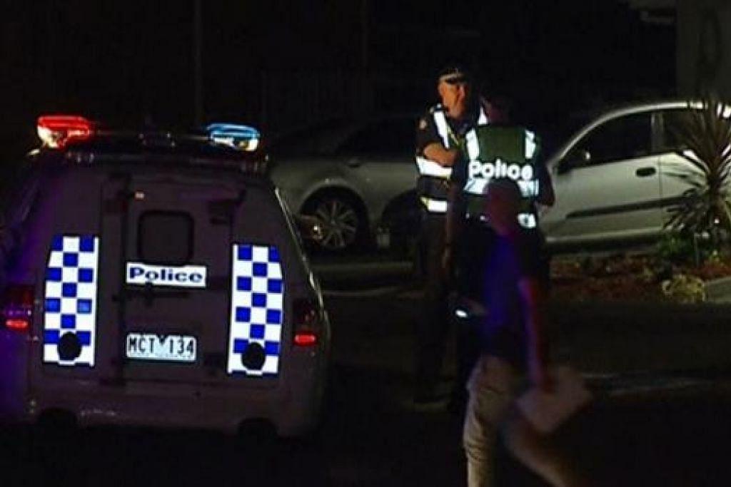 (Gambar) Pegawai polis kelihatan di Balai Polis di Endeavour Hills selepas kejadian suspek pengganasan ditembak mati. - Foto REUTERS