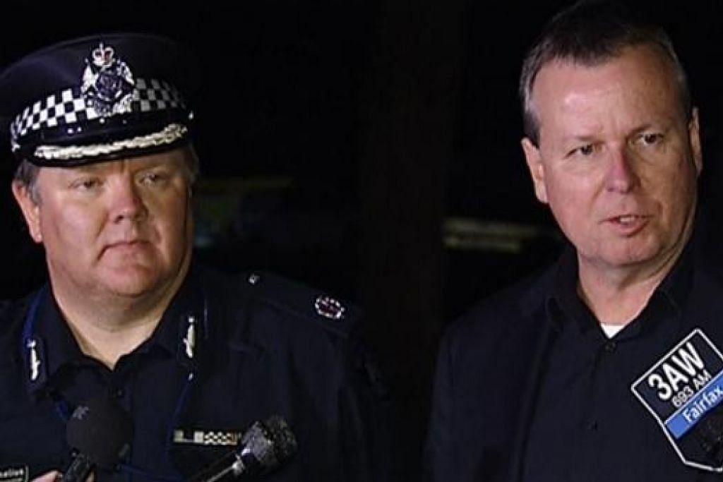 BERI KETERANGAN: Komander Polis Federal Australia, Encik Bruce Giles (kanan) bercakap kepada media. Di sebelahnya ialah Encik Luke Cornelius, Penolong Pesuruhjaya Polis Victoria selepas seorang lelaki menikam dua pegawai polis.