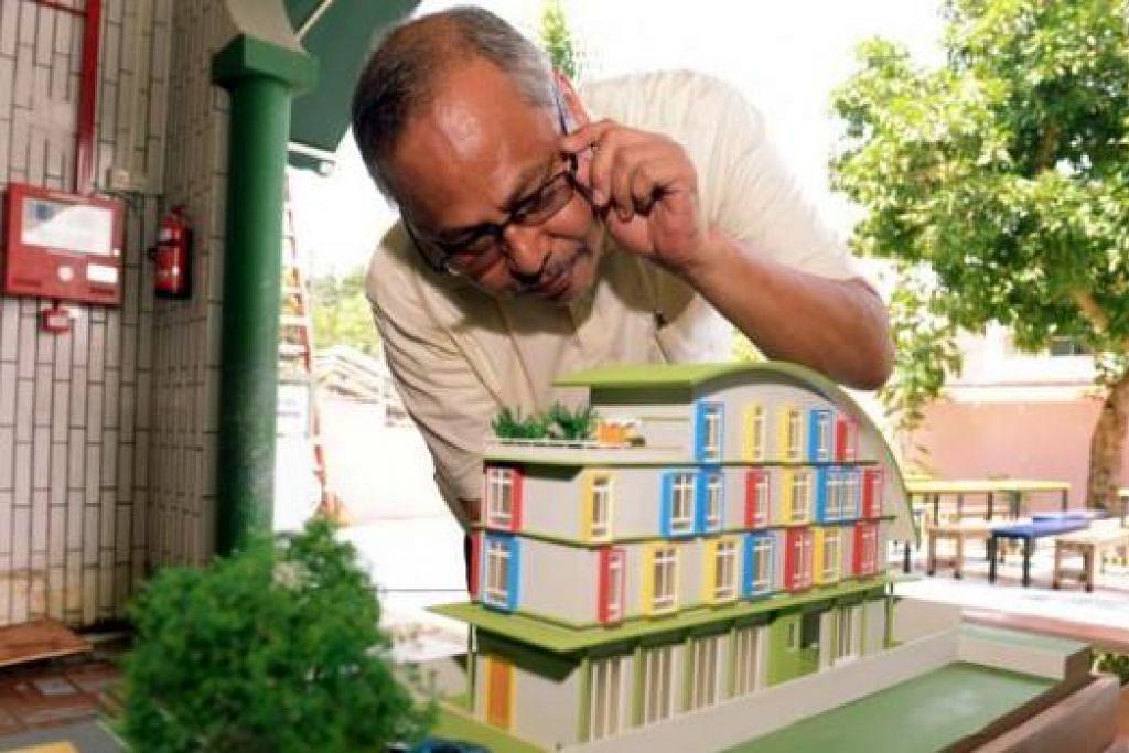 MODEL BANGUNAN: Encik Gazali bersama model bangunan Baitussalaam yang mempunyai 15 bilik yang akan disewakan. - Foto TUKIMAN WARJI