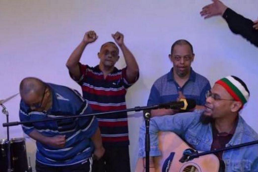 SAMA-SAMA BERHIBUR HATI: Penulis (bermain gitar) mendendangkan lagunya yang ternyata menambat hati golongan istimewa yang hadir di majlis anjuran 3R Recycle Group. - Foto 3R RECYCLE GROUP