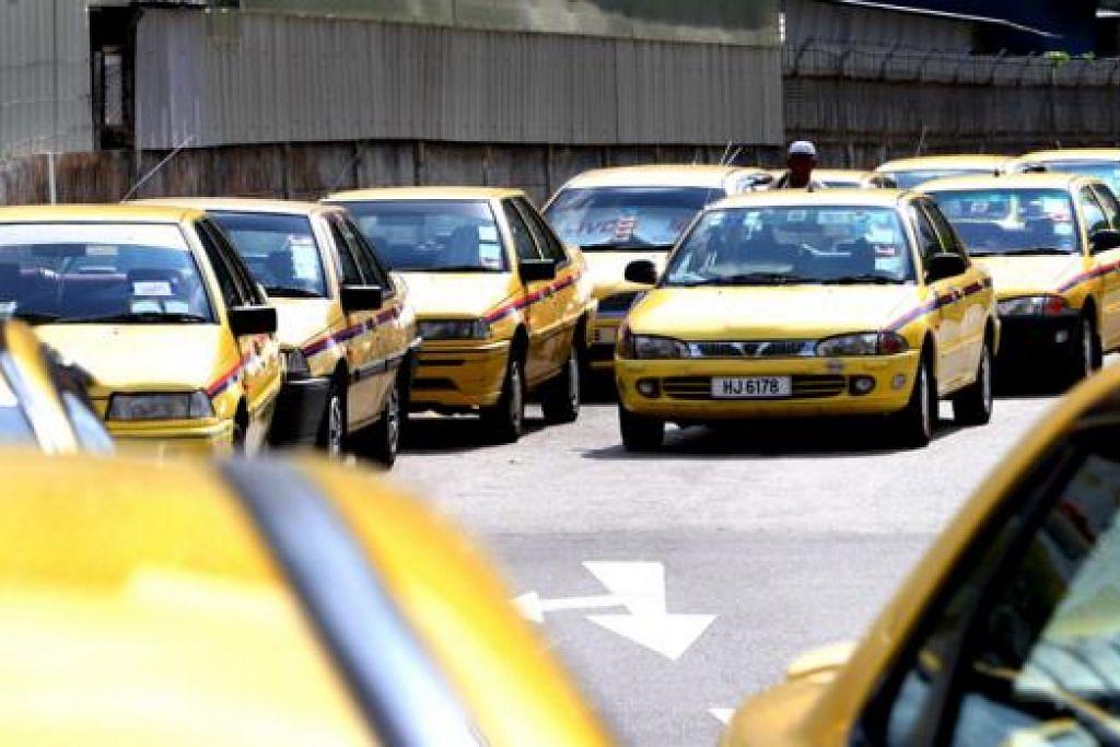 PENDAPATAN TERJEJAS: Pemandu teksi khidmat ulang-alik Singapura-Johor Bahru mengeluh kerana perlu tampung kos lebih tinggi, sekali gus menjejas pendapatan mereka. - Foto fail