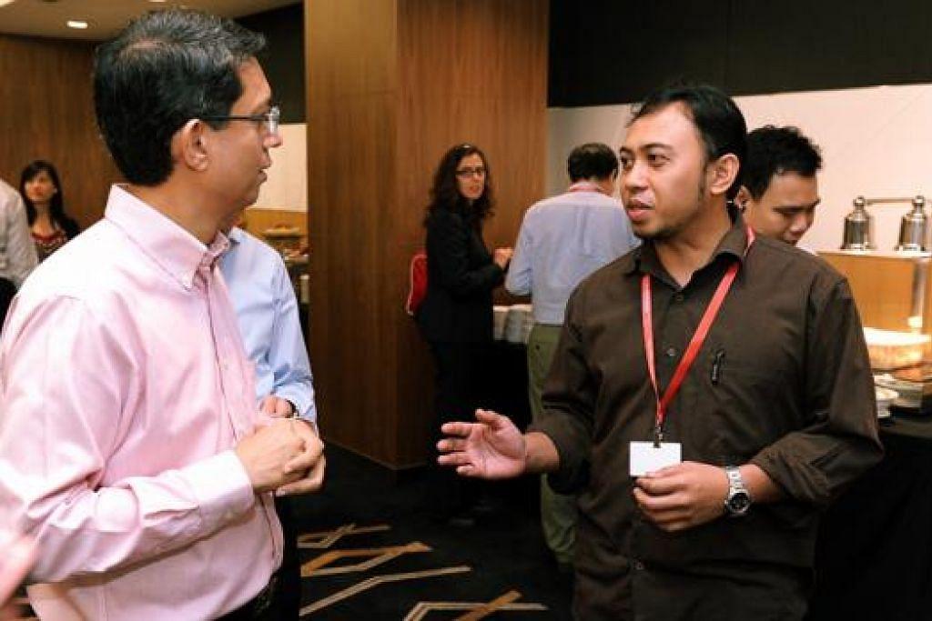PAMERAN KERJAYA MARITIM: Dr Faishal (kiri) beramah mesra dengan Encik Shamsuri dan mendengarkan pengalaman beliau menukar laluan kerjaya. - Foto MPA