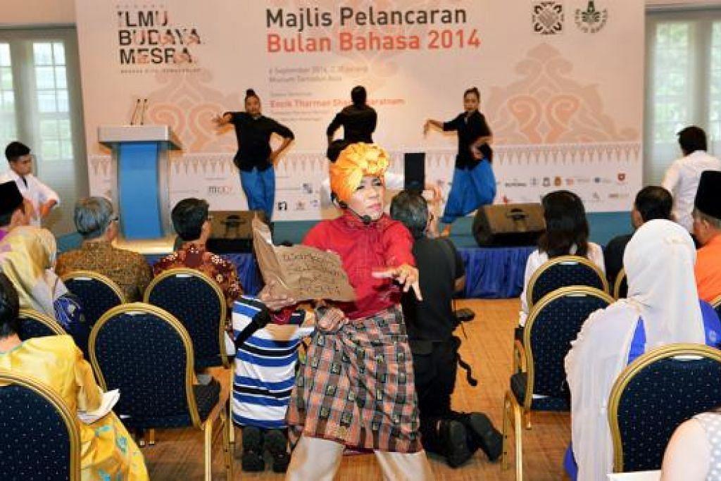 WIRA BAHASA: Meskipun setiap Bulan Bahasa mempunyai Dutanya, seperti Cik Asnida Daud (berbaju merah), sokongan padu daripada masyarakat Melayu tempatan terhadap usaha melestarikan bahasa Melayu patut diteruskan. - Foto KHALID BABA