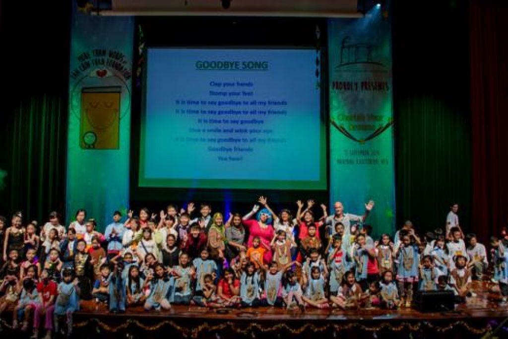 PENDEDAHAN BERGUNA: Selepas berlatih, kanak-kanak ini berpeluang menunjukkan bakat pementasan dan penulisan mereka kepada orang ramai hasil daripada projek yang diusulkan Yayasan Tan Chin Tuan. - Foto YAYASAN TAN CHIN TUAN