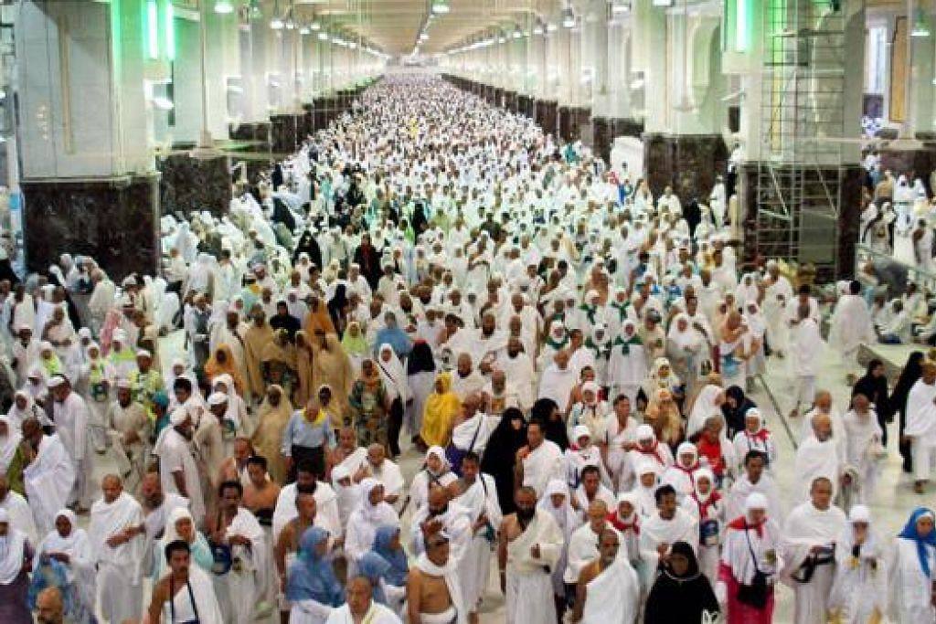 SAI: Jemaah mengerjakan sai iaitu berjalan ulang-alik sebanyak tujuh kali dari Bukit Safa dan Bukit Marwah. - Foto fail