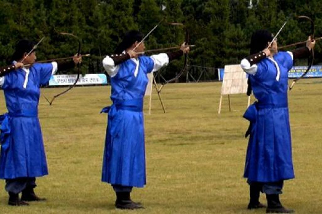 TRADISI DIJUNJUNG: Seni memanah tradisional Korea dikenali sebagai 'gungsul' yang bermaksud seni busur. - Foto-foto ARCHERY FESTIVAL
