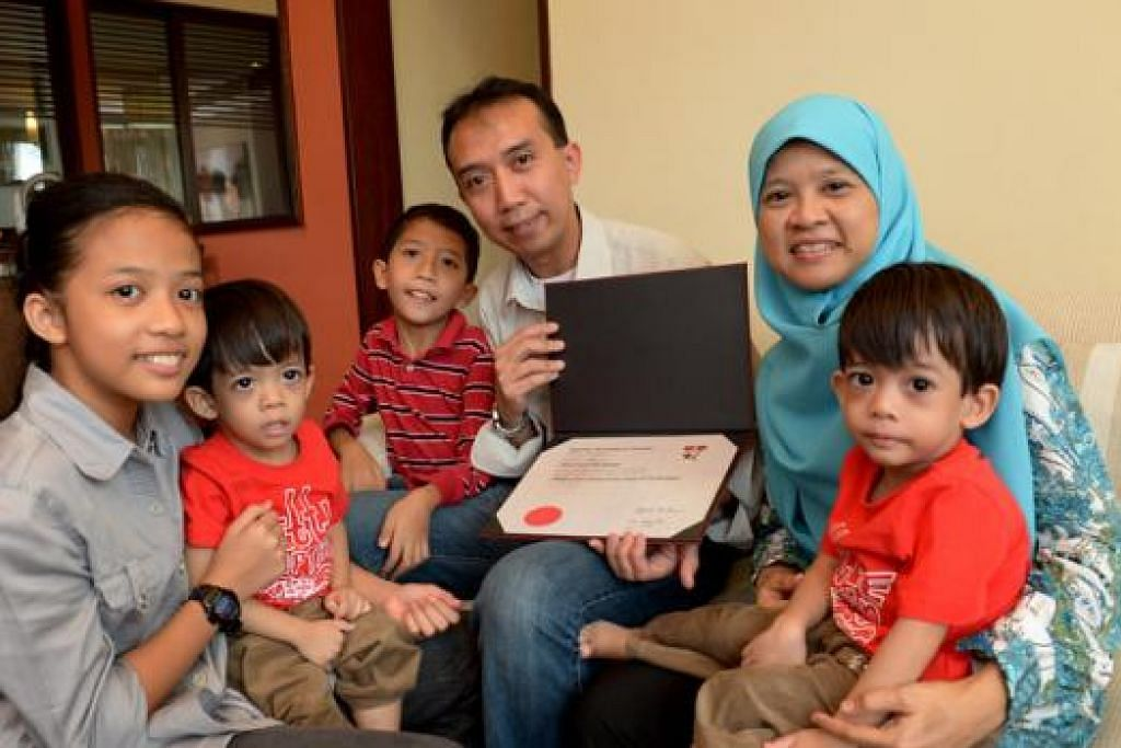 IJAZAH SARJANA DALAM GENGGAMAN: Anak-anak dan isteri Encik Mohd Sahril Rahmat - (dari kiri) Qistina, Mohamad Ikhwan, Mohamad Hakeem, Cik Supina Taib dan Mohamad Ihsan - meraikan kejayaan beliau meraih segulung ijazah Sarjana hasil pembahagian masa yang bijak antara kerjaya, keluarga dan pengajian. - Foto TUKIMAN WARJI