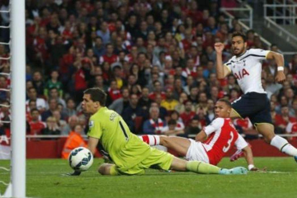 GOL PEMBUKAAN: Pemain Tottenham Hotspur, Nacer Chadli (jersi putih), menjaringkan gol pembukaan dalam pertemuan dengan Arsenal di Stadium Emirates awal pagi semalam. - Foto REUTERS