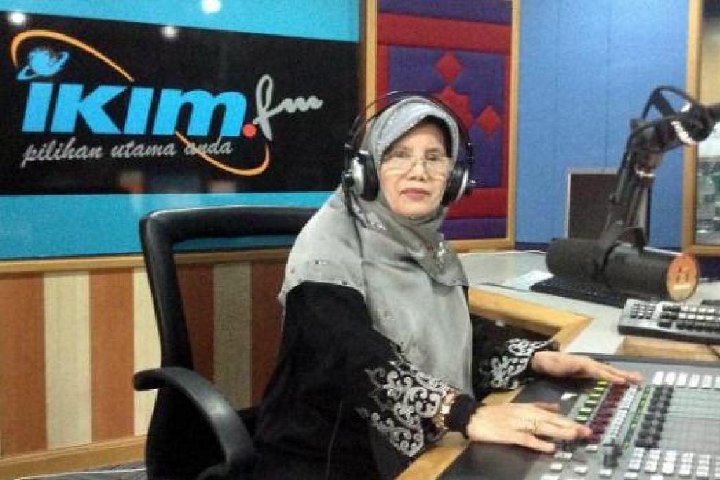 CUBA-CUBA: Penulis diberi peluang beraksi sebagai penyampai radio Ikim FM. - Foto-foto ihsan NORILAH SUJA'I