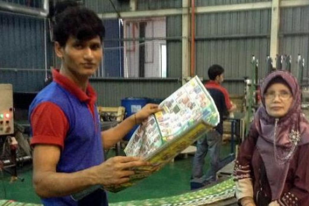 LAWAT KILANG: Penulis (kanan) bersama seorang pekerja di kilang Karangkraft. - Foto-foto ihsan NORILAH SUJA'I