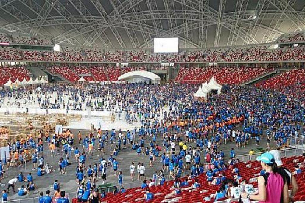 'PESTA' DI HAB: Para peserta menamatkan perlumbaan ST Run di Stadium Negara yang baru dibuka, dengan pelbagai acara sampingan diadakan untuk menghiburkan mereka. – Foto-foto THE STRAITS TIMES