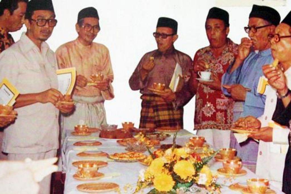 PENGERUSI PERTAMA: Cikgu Muhd Ariff (paling kanan) selaku pengerusi Lembaga Pentadbir Masjid Al-Muttaqin dan pengerusi Penyelaras Masjid-Masjid Singapura (Laras) bersama Presiden MUIS, Hj Ismail Mohd Said (empat dari kiri) dan Dr Hj Yaacob Mohamed, mantan ahli politik dan duta besar ke Mesir pada 1980. - Foto ihsan MUHD ARIFF AHMAD