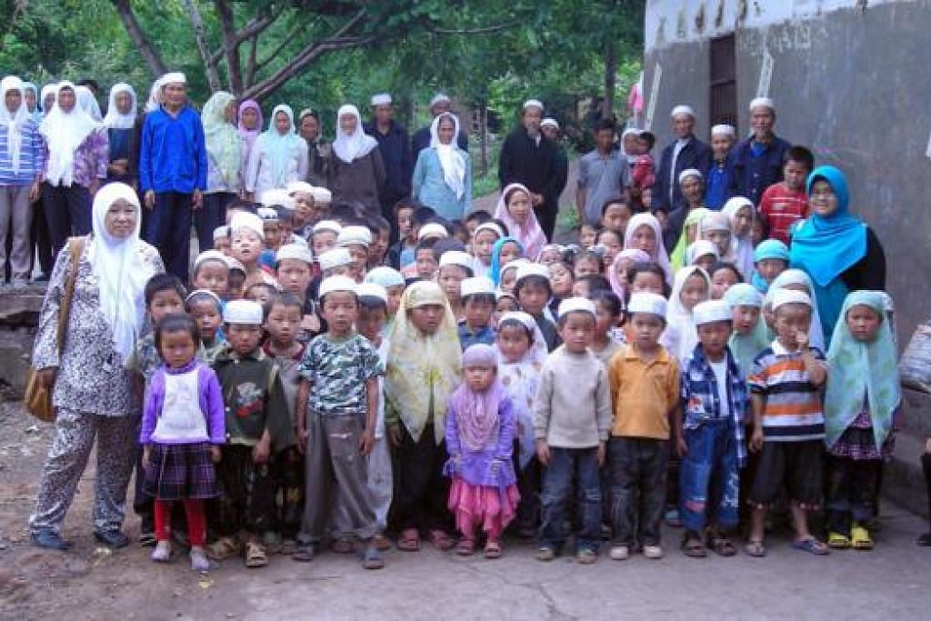 TIDAK JEMU MEMBANTU: Cik Mariah Mah (depan, kiri) bersama kanak-kanak Islam dari kawasan perkampungan di Yangzai di wilayah Guizhou, barat daya China, yang telah dapat memanfaatkan Pusat Islam Al-Fatah yang dibinanya. Pusat itu dilengkapi blok prasekolah dan masjid dan dibina dengan kos hampir $600,000.