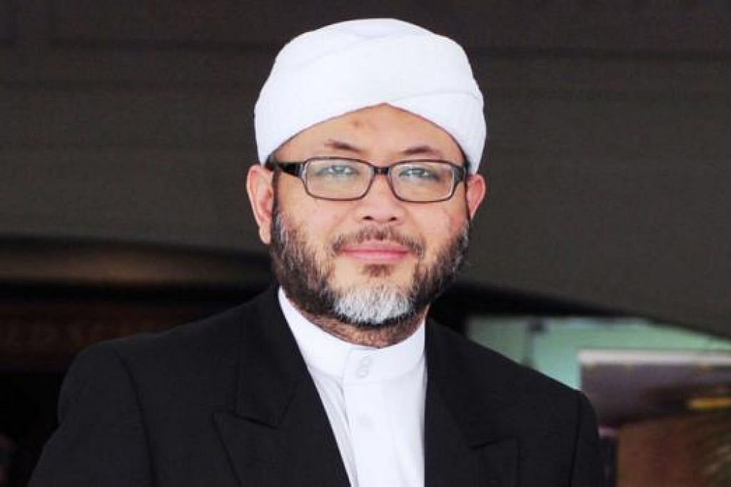"""""""Mereka harus menguasai Al-Quran, hadis Rasulullah saw, tahu pandangan ulama yang berbeza dan dapat menentukan ketepatan sesuatu pandangan. Seandainya beliau belum memiliki tahap ilmu itu, fatwa yang dikeluarkan akan menjadi tidak sah."""" - Ustaz Mohamad Hasbi mengenai fatwa yang dikeluarkan IS tentang jihad seks."""