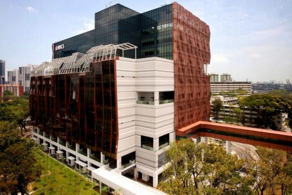 JAMBATAN PENGHUBUNG: Pesakit yang baru menjalani pembedahan jantung kini tidak perlu menanti kedatangan ambulans untuk memindahkan mereka ke Unit Jagaan Rapi atau wad di Hospital Besar Singapura (SGH) menyusuli pembinaan jambatan gantung (skybridge) yang menghubungkan bangunan baru Pusat Jantung Nasional Singapura (NHCS) dengan Blok 4 SGH. - Foto ihsan NHCS