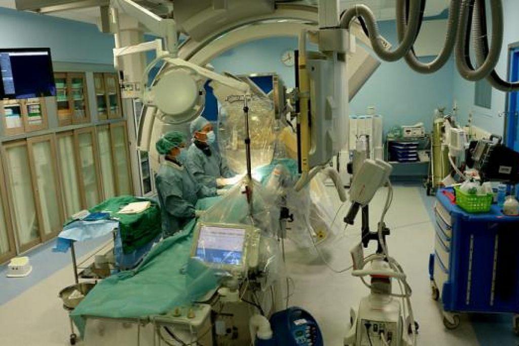 MAKMAL PENGKATETERAN JANTUNG: Ia khusus untuk menjalankan prosedur atau pembedahan siang hari seperti angiografi koronari dan angioplasti koronari dan terletak bersebelahan Unit Inap Sementara (SSU) agar pesakit tidak perlu berjalan jauh. - Foto-foto TUKIMAN WARJI