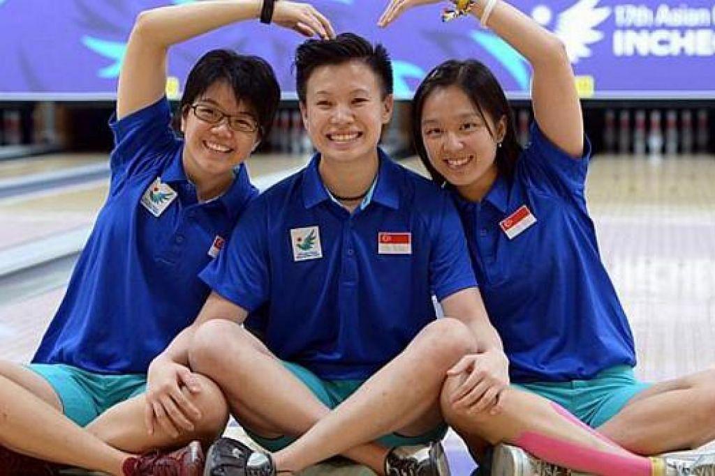 SUDAH BOLEH MENGUNTUM SENYUM: Trio bowling wanita (dari kiri), Cherie Tan, New Hui Fen dan Jazreel Tan, meraikan kejayaan mereka bangkit memenangi pingat perak kedua acara bowling dan keempat bagi negara semalam. – Foto THE STRAITS TIMES