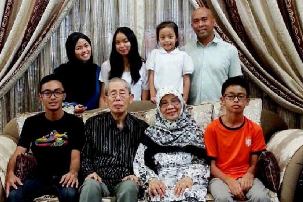 PELESTARIAN BAHASA TIGA GENERASI: Hajah Hasnah Mansoor (duduk) mengajar anak dan cucunya bahasa Melayu di rumah dan mereka menggunakan bahasa ibunda itu setiap hari di rumah. - Foto ihsan MASLINDA MASROL