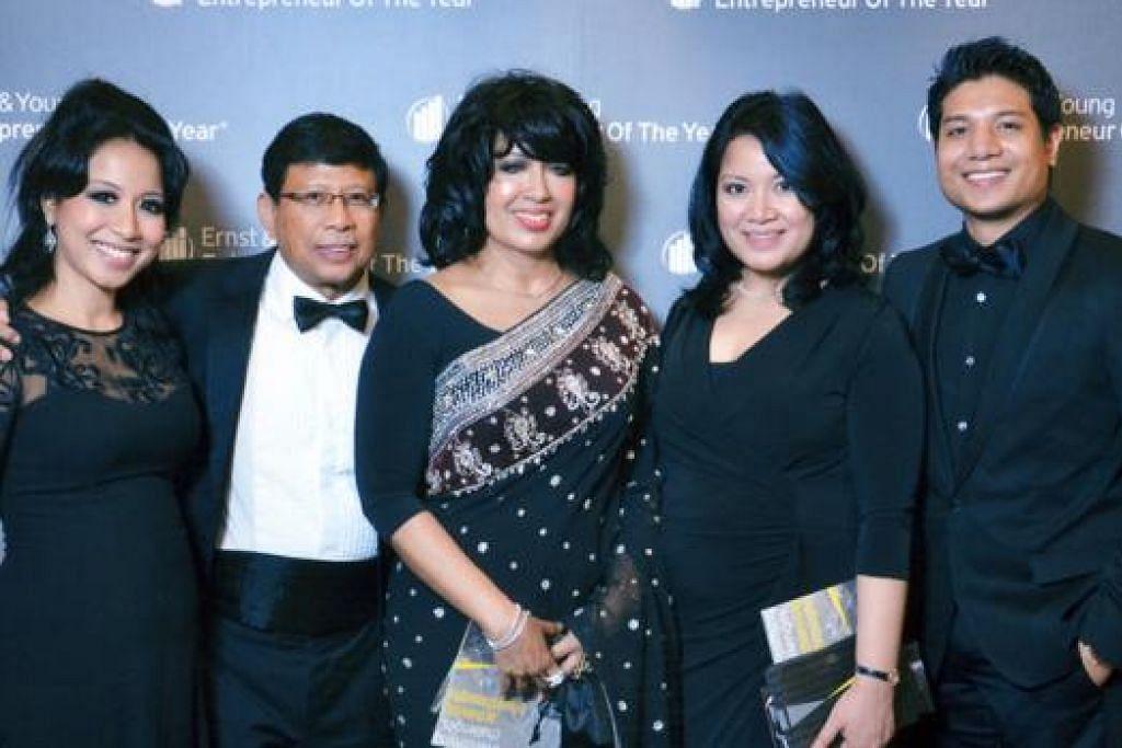 SEKELUARGA SALING MENYOKONG: Encik Salleh bersama isterinya, Cik Maria Abu Bakar (tiga dari kanan , dan anak-anaknya (dari kanan), Encik Amal, Cik Radiah dan Cik Nadia. - Foto fail