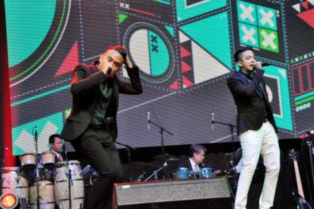 KEPOPULARAN BAWA GANJARAN: Sleeq yang dianggotai oleh Alif Abdulah (kiri) dan Syarif menghiburkan hadirin dalam acara Anugerah Compass ke-11 yang berlangsung di Pusat Konvenseyen Resort World kelmarin malam. - Foto JOHARI RAHMAT