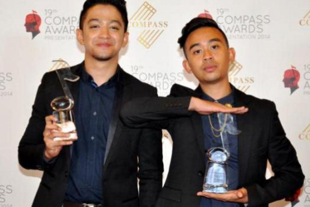 MENANG BEASAR: Alif (kanan) dan Syarif daripada kumpulan duo, Sleeq, menang beberapa anugerah termasuk Lagu Pop Melayu Tempatan Terbaik dan Penggubah Muda Terbaik di Malam Anugerah Compass kelmarin. - Foto JOHARI RAHMAT