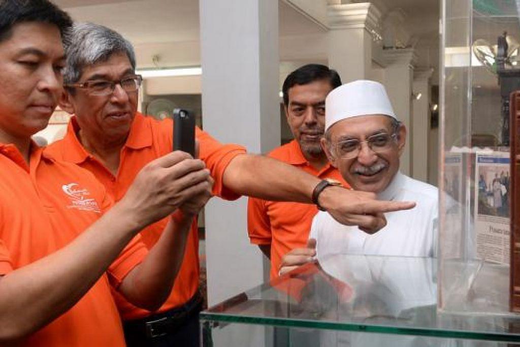 RAKAM GAMBAR ARTIFAK: (Dari kiri) Encik Tan tertarik melihat artifak yang dipamerkan di Masjid Ba'alwie. Bersama beliau ialah Dr Yaacob; Ketua Eksekutif Muis, Haji Abdul Razak Maricar; dan Imam Masjid Ba'alwie, Habib Hassan Al-Attas. Setelah acara berjalan, para peserta dan tetamu pergi ke Masjid Ba'alwie bagi menikmati jamuan bersama.