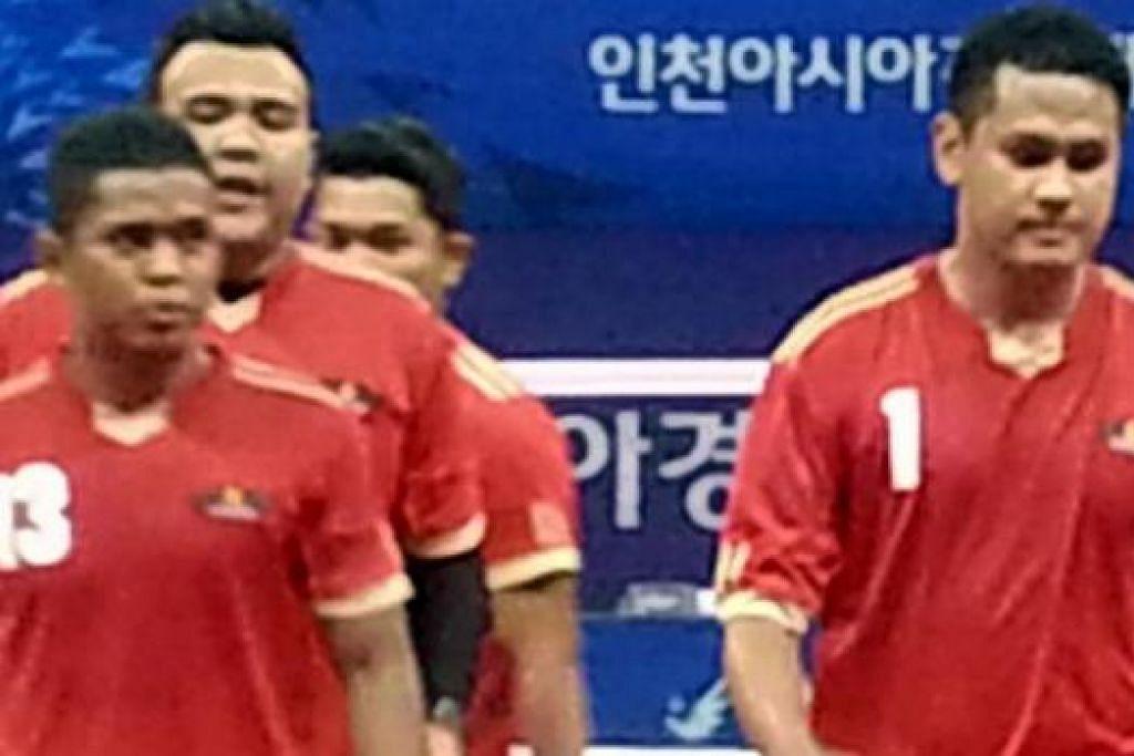 MENANG: Para pemain Singapura meninggalkan gelanggang sebaik selesai menentang China. - Foto PERSES