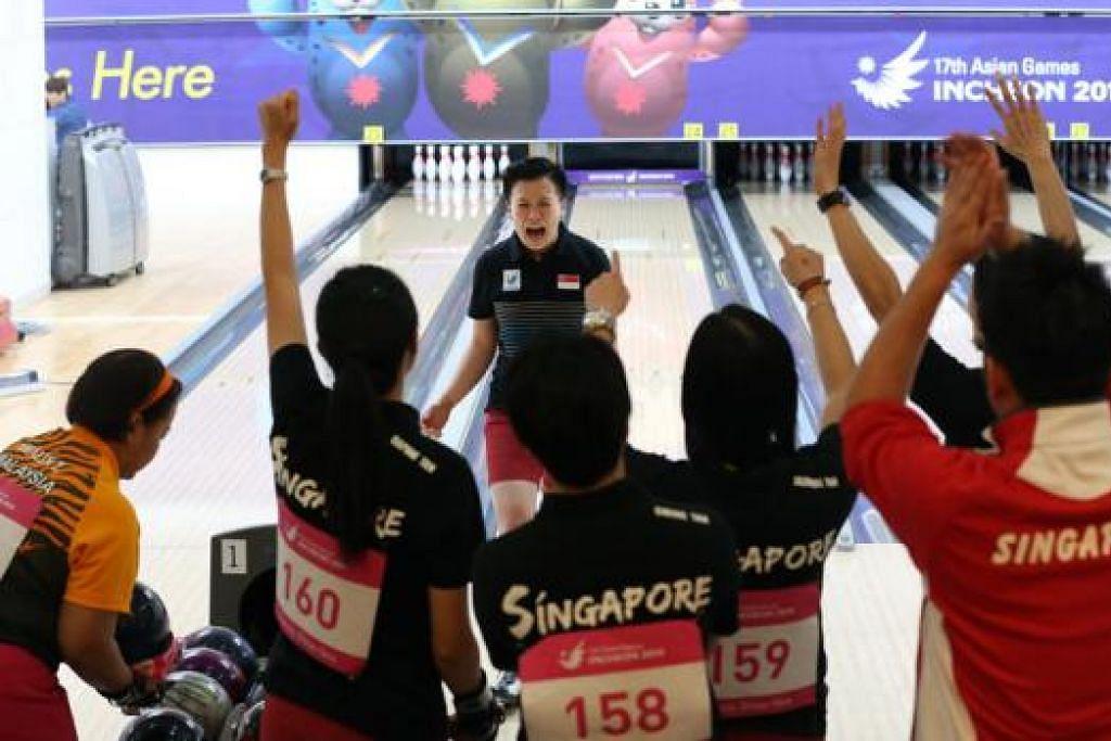 LONTARAN EMAS: Shayna Ng (tengah) bersorak penuh semangat selepas melakukan 'strike' (jatuhan semua pin) dalam acara wanita lima sepasukan di Gimnasium Anyang Hogye semalam. - Foto THE STRAITS TIMES