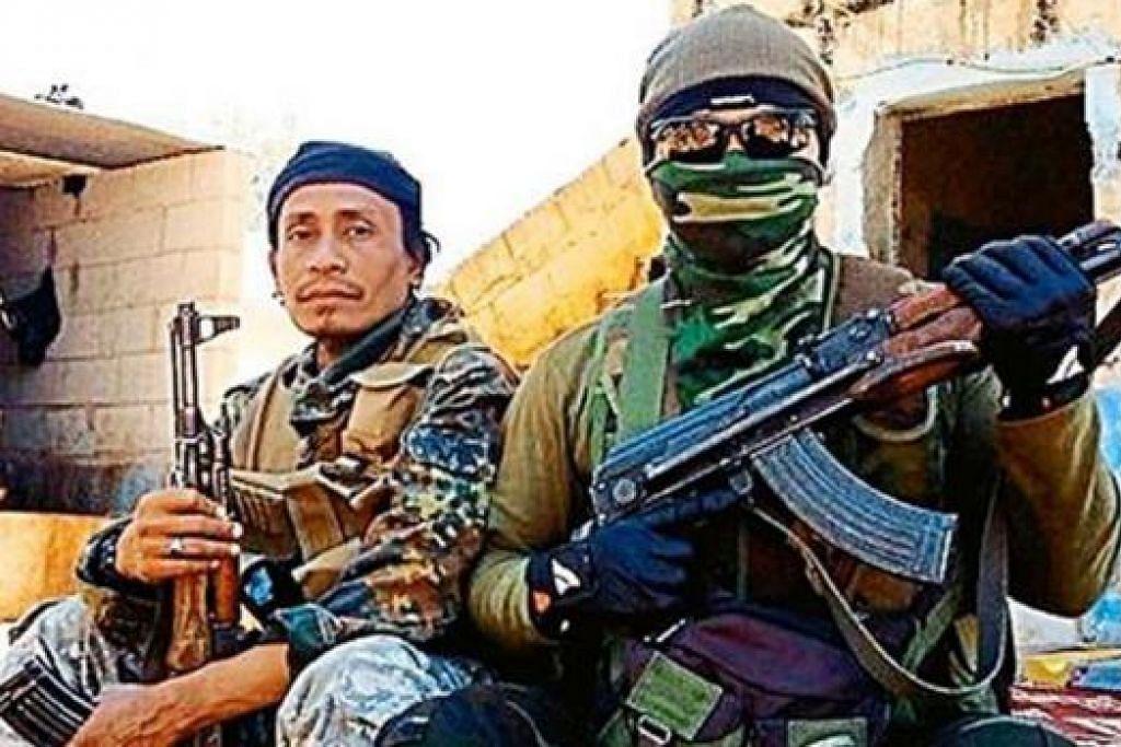 BERJUANG BERSAMA: Bekas tahanan Akta Keselamatan Dalam Negeri (ISA) Malaysia, Mohd Lotfi Ariffin (kiri), merupakan antara warga Malaysia yang menyertai ISIS. Sumber-sumber mengatakan dia maut selepas cedera dalam satu serangan ke atas kubu militan di timur Hama ada 9 September lalu. - Foto THE STAR