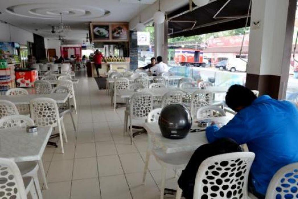 TAK RAMAI PELANGGAN: Keadaan di Restoran B. Point agak lengang pagi semalam, tidak seperti biasa, dengan hanya beberapa meja yang diduduki pelanggan.  - Foto TUKIMAN WARJI