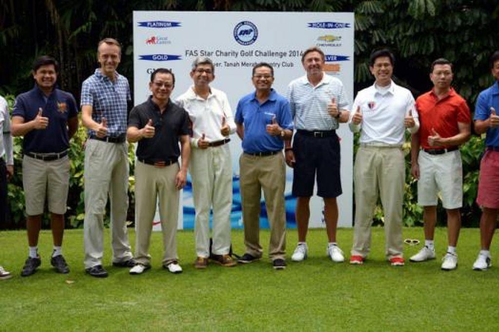 JAGUH GOLF BERAMAL: Para peserta yang menjayakan Cabaran Golf Amal 2014 termasuk Dr Yaacob Ibrahim (lima dari kiri); Presiden FAS, Encik Zainudin Nordin (sebelah kiri Dr Yaacob); dan Encik Seah Kian Peng (empat dari kiri) bergambar pada akhir acara itu semalam. - Foto FAS