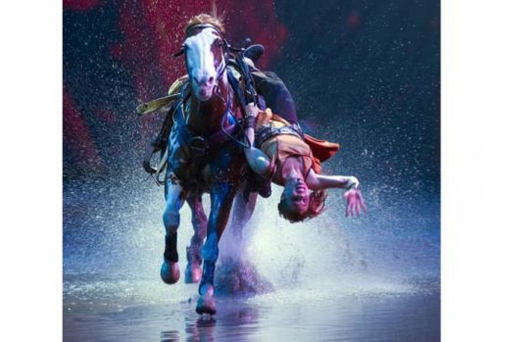 TIDAK HIRAUKAN KECEDERAAN: Akrobat penunggang kuda dalam pementasan 'Cavalia', Cik Fairland Ferguson, telah mengalami pelbagai kecederaan namun masih meneruskan perjuangannya. - Foto CAVALIA