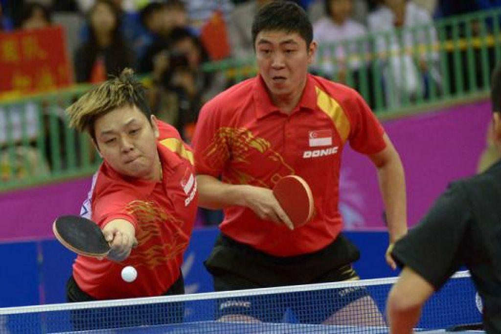 GAGAL KE FINAL: Gandingan Gao Ning (kiri) dan Li Hu gagal mengatasi pasangan China di separuh akhir pagi semalam. - Foto THE STRAITS TIMES