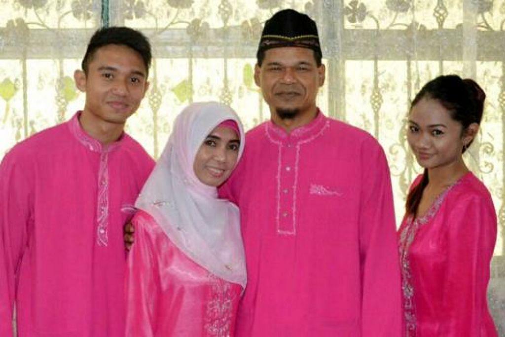 BERSAMA KELUARGA: Amin bersama isterinya, Sa'diah Angwary, serta kededua anak mereka, Nur Shafiqa dan Muhd Ashrul Syafeeq, bergambar semasa meraikan Hari Raya Aidilfitri baru-baru ini. Sokongan padu keluarga, kata Amin, membantunya mengharungi detik-detik sukar menghidap barah. - Foto-foto AMIN NASIR