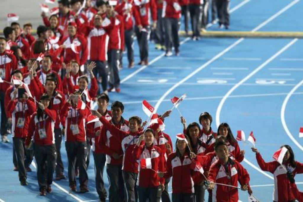 PULANG DENGAN BANGGA: Kontingen Singapura di Incheon melambaikan bendera negara di acara penutup Sukan Asia di Stadium Utama semalam. Team Singapore meninggalkan Incheon dengan lima emas, enam perak dan 13 gangsa. - Foto REUTERS