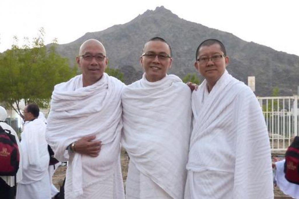 BERSYUKUR HASRAT TUNAI HAJI TERCAPAI: (Dari kiri) Encik Muhammad Imran Siew Kee Chew Abdullah, Encik Iskandar Yuen Kum Fye dan Ecik Haroon Koh Siong Moon, merupakan tiga sahabat yang telah sama-sama menjalankan ibadah haji tahun lalu. - Foto-foto ihsan ENCIK ISKANDAR YUEN KUM FYE ABDULLAH